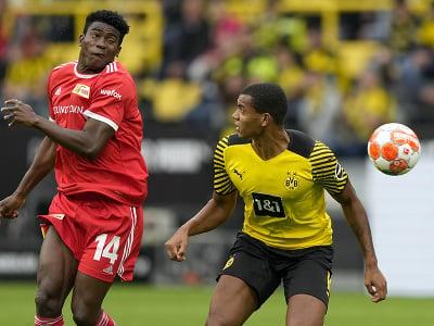 Taiwo Awoniyi a Manuel Akanji v súboji o loptu