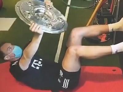Manuel Neuer si zacvičil