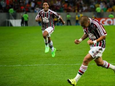 Ronaldinho (v pozadí) prihral