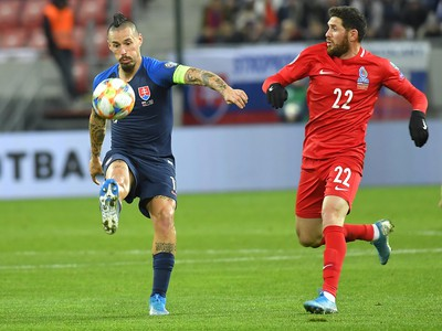 Na snímke zľava hráč Slovenska Marek Hamšík a hráč Azerbajdžanu Javid Husejnov