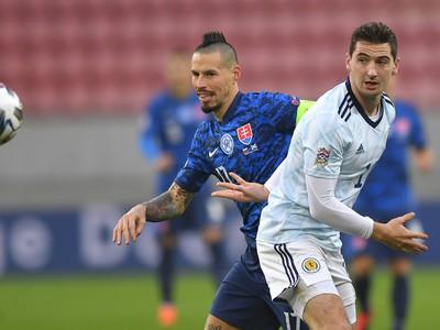Na snímke vpravo stredopoliar Škóska Kenny McLean a vpravo kapitán Slovenska Marek Hamšík