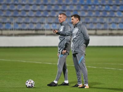 Tréner slovenskej futbalovej reprezentácie Štefan Tarkovič a asistent trénera Marek Mintál počas úvodného tréningu