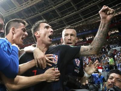 Mario Mandzukič oslavuje gól