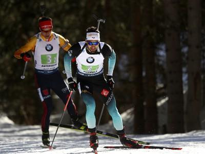 Francúzsky biatlonista Martin Fourcade (v popredí) a nemecký biatlonista Philipp Horn