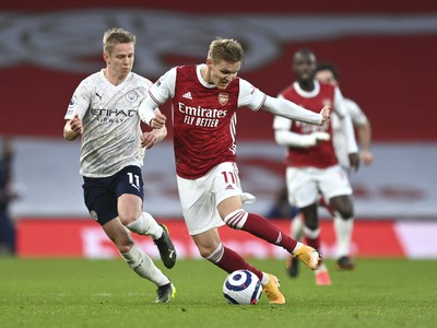 Hráč Arsenalu Martin Odegaard (vpravo) v súboji s Oleksandrom Zinčenkom z Manchesteru City