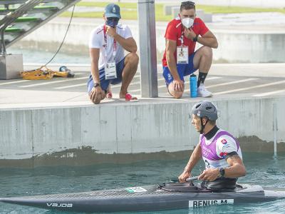 Na snímke slovenský vodný slalomár Matej Beňuš v cieli, vľavo tréner Peter Škantár po finálovej jazde v C1 vo vodnom slalome na XXXII. letných olympijských hier v Tokiu