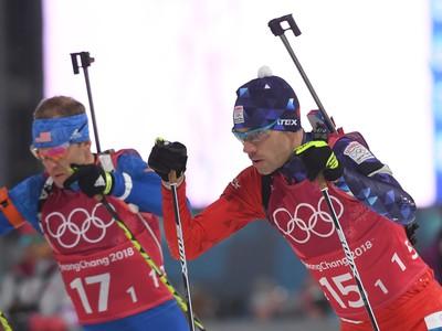 Na snímke slovenský biatlonista Matej Kazár (vpravo) počas štafety mužov