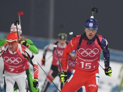 Na snímke slovenský biatlonista Matej Kazár (v popredí) počas štafety mužov