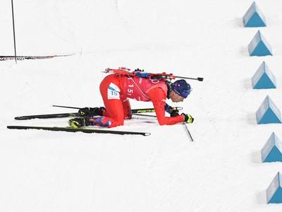 Slovenský biatlonista Matej Kazár po odovzdaní štafety počas biatlonového preteku štafeta muži 4x7,5 km