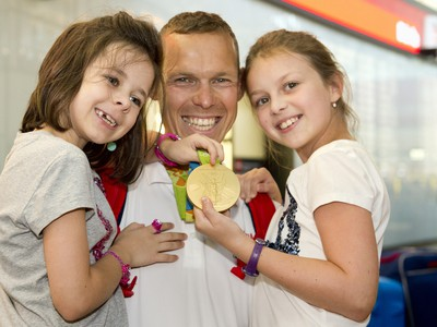Matej Tóth s dcérami