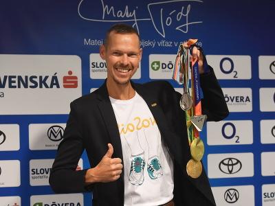 Na snímke chodec Matej Tóth pózuje s medailami, ktoré získal počas kariéry