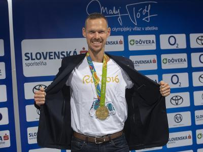 Na snímke olympijský víťaz a majster sveta v chôdzi na 50km Matej Tóth pózuje pred tlačovou konferenciou so zlatou medailou v chôdzi na 50 km z letnej olympiády v Riu de Janeiro v roku 2016