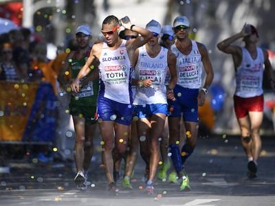 Matej Tóth sa osviežuje vodou v chôdzi mužov na 50 km na ME v atletike v Berlíne