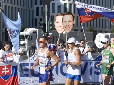 Slovenskí fanúšikovia povzbudzujú chodca Mateja Tótha (v popredí) počas pretekov v chôdzi mužov na 50 km na ME v atletike v Berlíne