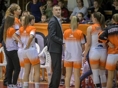 Na snímke uprostred tréner