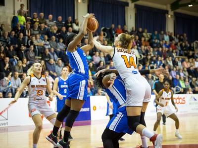 Herná situácia počas basketbalového zápasu 1. kola play-off Európskeho pohára žien medzi MBK Ružomberok (Slovensko) - WBC Jenisej Krasnojarsk (Rusko)