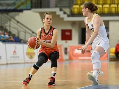 Vpravo hráčka Piešťan Natália Martišková a hráčka Ružomberka Radka Stašová