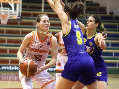 Zľava Miroslava Praženicová (Ružomberok), Alexandra Hašková a Lea Miletičová (obe Piešťanské Čajky) počas piateho zápasu finále