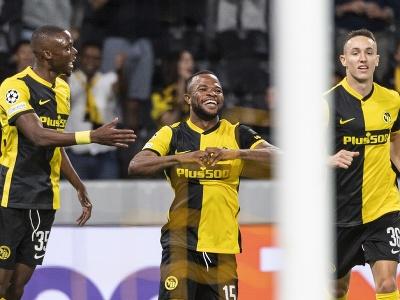 Hráč Young Boys Meschack Elia (uprostred) oslavuje so spoluhráčmi úvodný gól