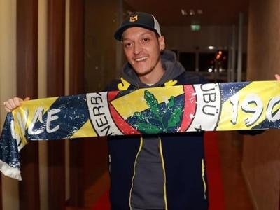 Mesut Özil pózuje so