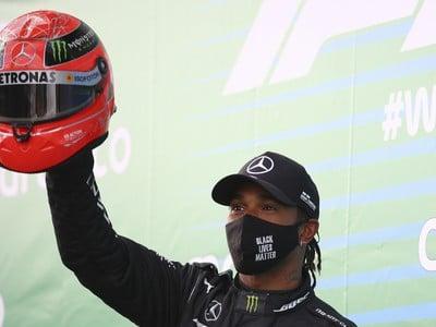 Lewis Hamilton s helmou