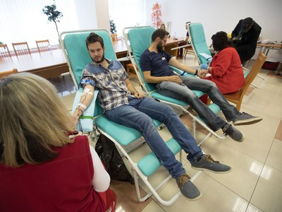 Na snímke hokejista Michal Handzuš (tretí vľavo) daruje krv počas Olympijskej kvapky krvi v Banskej Bystrici