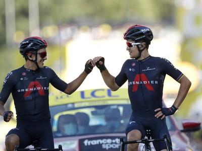 Michal Kwiatkowski (vpravo) a Richard Carapaz oslavujú víťazné double Ineosu v 18. etape Tour
