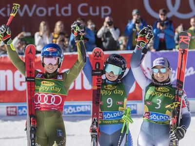 17-ročná Novozélanďanka Alice Robinsonová sa teší z víťazstva po 2. kole obrovského slalomu žien Svetového pohára v alpskom lyžovaní v rakúskom Söldene a vľavo jej gratuluje Američanka Mikaela Shiffrinová