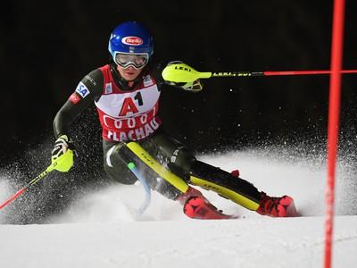 Na snímke americká lyžiarka Mikaela Shiffrinová na trati počas 1. kola nočného slalomu Svetového pohára žien v rakúskom Flachau