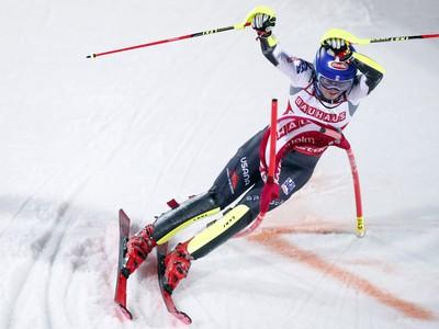 merická lyžiarka Mikaela Shiffrinová na trati v paralelnom slalome Svetového pohára