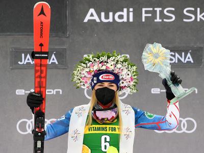 Mikaela Shiffrinová pózuje na pódiu s trofejou po víťazstve v slalome Svetového pohára v Jasnej