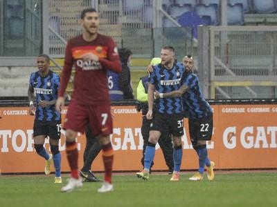 Milan Škriniar v objatí Artura Vidala oslavuje gól