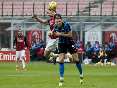 Hráč AC Miláno Zlatan Ibrahimovič (hore) v hlavičkovom súboji s Milanom Škriniarom