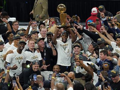 Hráči Milwaukee s trofejou