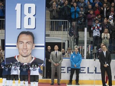Vedenie HC Slovan Bratislava si pred zápasom KHL s Červenou hviezdou Kchun-lun uctilo jednu z ikon slovenského hokeja Miroslava Šatana.