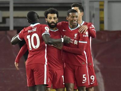 Salah oslavuje so spoluhráčmi
