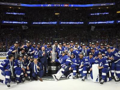 Hráči Tampy Bay Lightning pózujú so Stanley Cupom