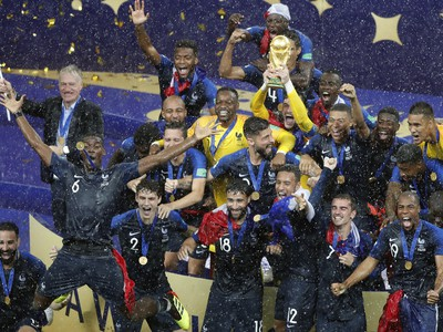 Francúzske majstrovské oslavy s trofejou