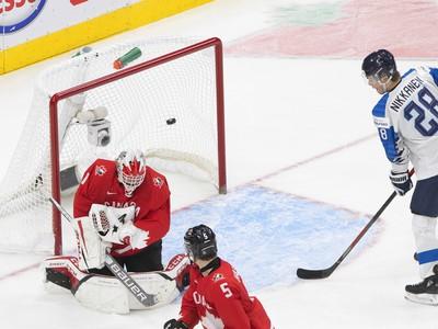 Kanadský brankár Devon Levi dostáva gól
