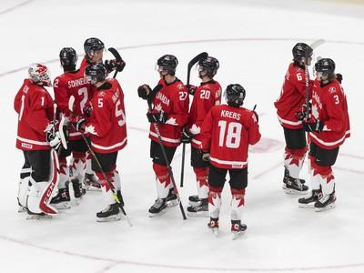 Hráči Kanady oslavujú víťazstvo nad Fínskom