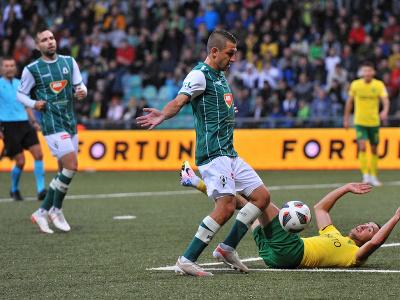 Na snímke vpravo dole Vahan Bičachčjan (MŠK Žilina) a Jan Krob (FK Jablonec)