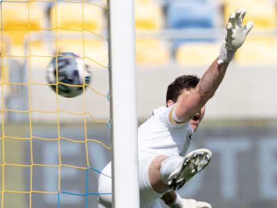 Brankár Žiliny Samuel Petráš dostáva gól z penalty