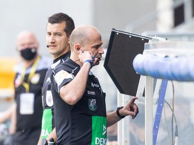 Hlavný rozhodca využíva systém VAR počas zápasu 7. kola nadstavbovej časti Fortuna ligy v skupine o titul medzi  FC DAC 1904 Dunajská Streda - MŠK Žilina
