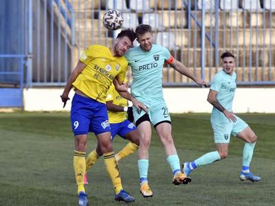 Na snímke vľavo hráč MFK Zemplín Michalovce Ismar Tandir, v popredí vpravo hráč MŠK Žilina Ján Minárik