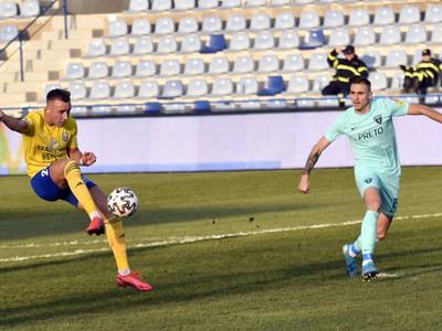 Na snímke vľavo hráč MFK Zemplín Michalovce Matej Trusa, vpravo hráč MŠK Žilina Kristián Vallo