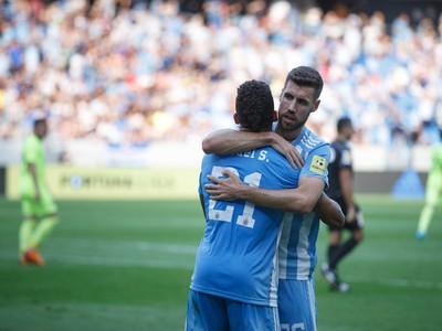 Rafael Tatao a Kenan Bajrič oslavujú gól Slovana