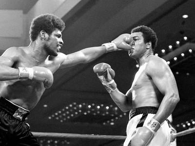 Leon Spinks a Muhammad Ali počas súboja
