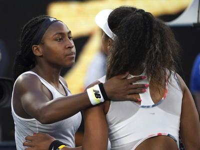 Gauffová dostáva gratuláciu po víťazstve