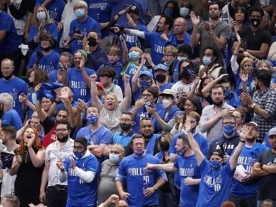Na snímke v hľadisku bolo po uvoľnení opatrení až 17.705 fanúšikov v treťom zápase štvrťfinále Západnej konferencie 1. kola play off basketbalovej NBA Dallas Mavericks - Los Angeles Clippers