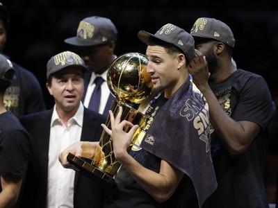 Klay Thompson objíma trofej pre šampióna NBA